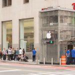 Un cubo de cristal + una manzana = Apple Store de pega