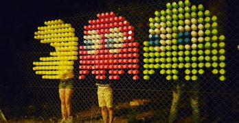 Arte pixelado en vallas metálicas por la Familia Gobi