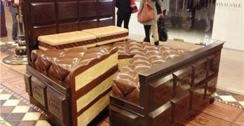 Cama de tarta de chocolate. Mobiliario para comer
