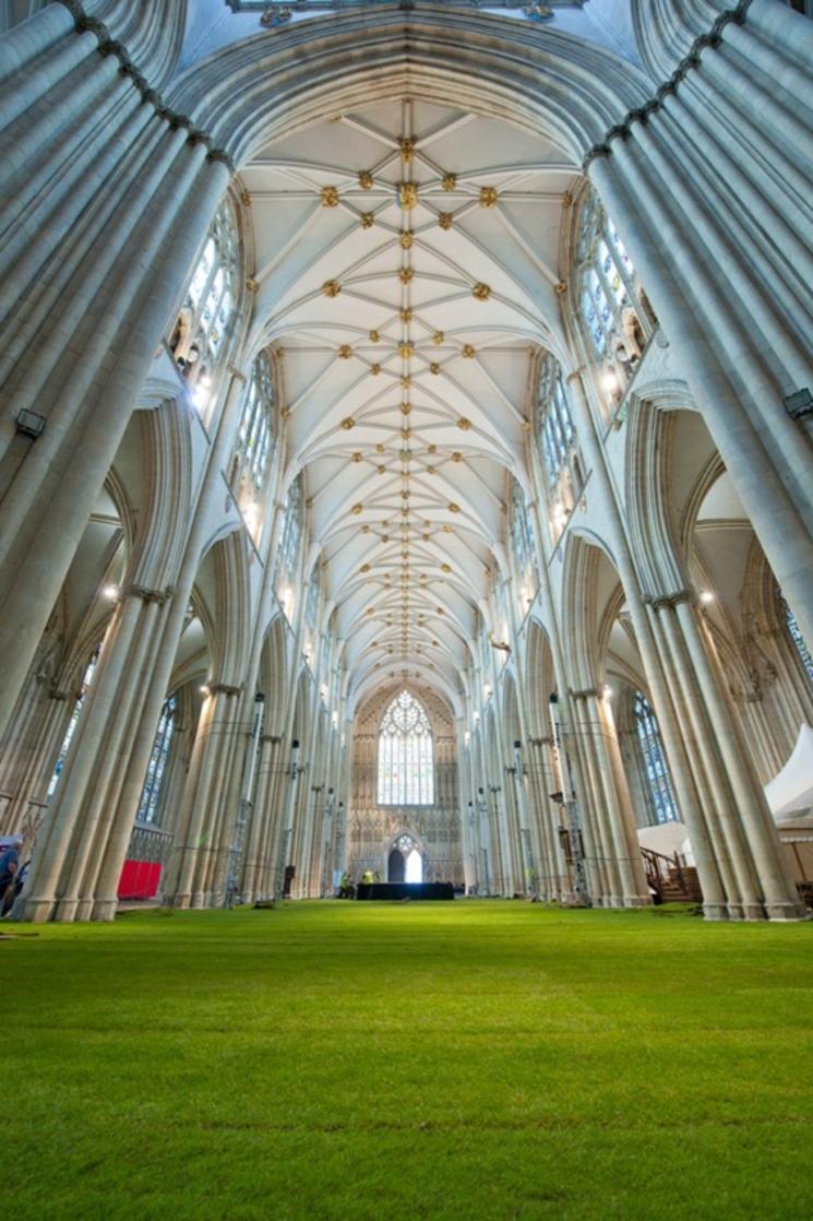 Interior de catedral cubierto de césped