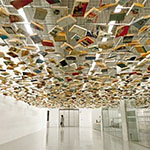 Falso techo formado por cientos de libros