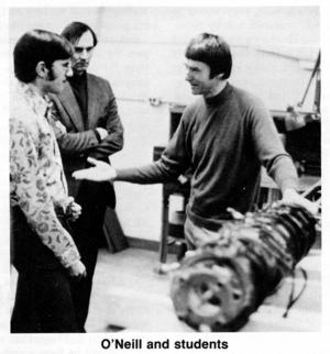 Gerard K. O'Neill con un grupo de estudiantes