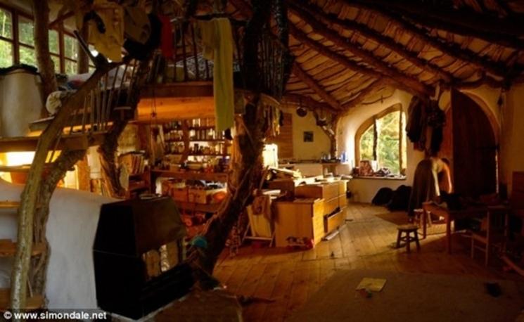 Un hombre se construye una Casa Hobbit sostenible