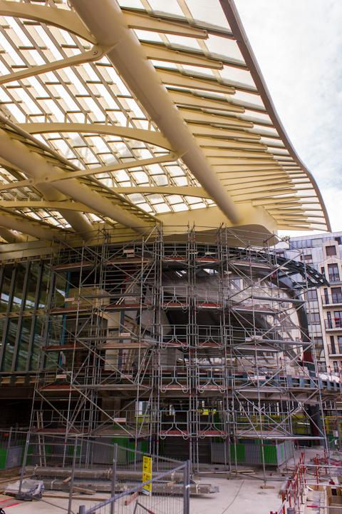 Detalle de la terminación de la cubierta e instalación del muro cortina. Daniel Cuaresma