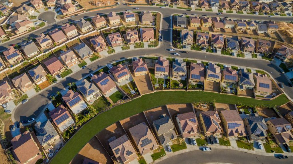 Se instalan menos tejados solares tras la irrupción de Tesla en el mercado
