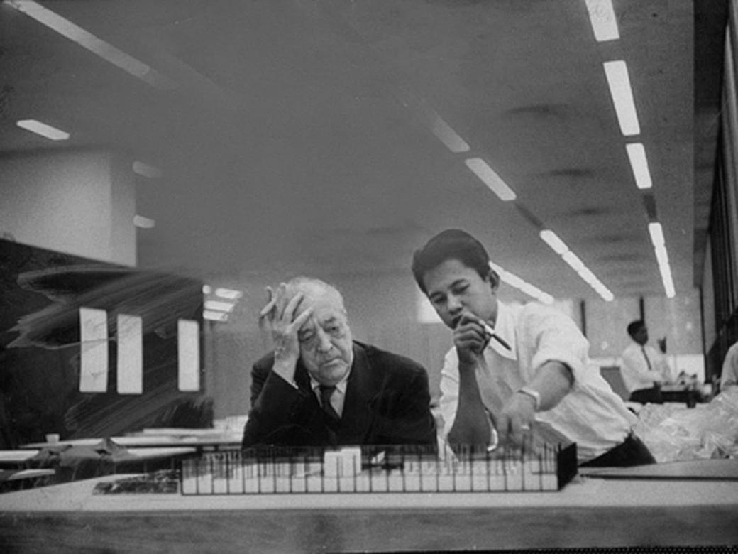 Mies-Saarinen-2-Mies-corrigiendo-a-un-alumno-del-IIT