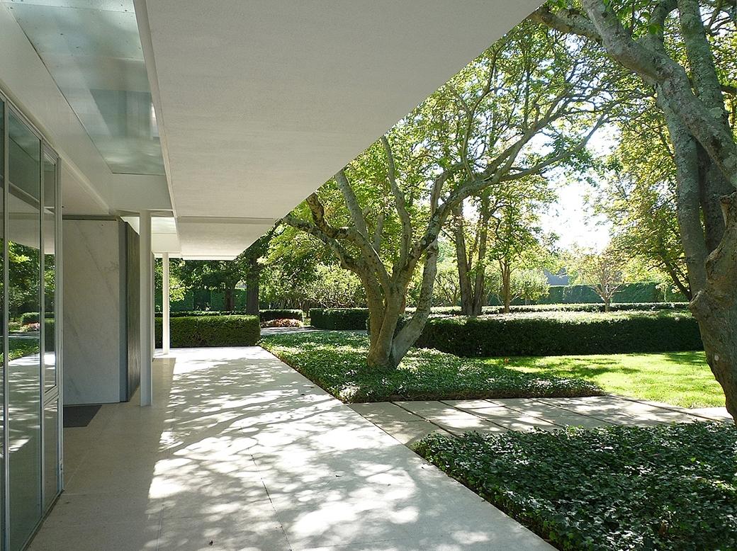 Mies-Saarinen-22-Vista-porche-en-fachada-sur-Miller