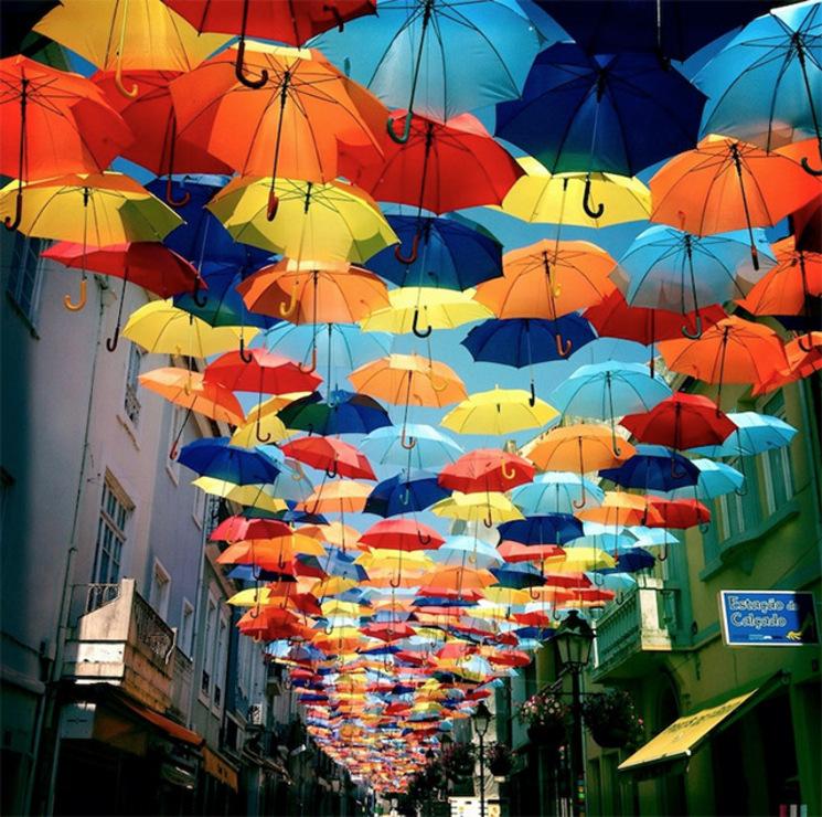 paraguas cubren las calles de Agueda