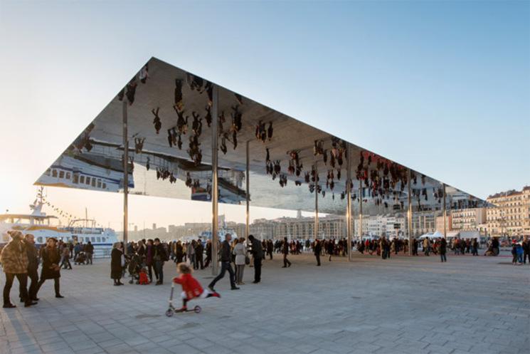 Pabellón de espejo en el puerto viejo de Marsella por Foster + Partners