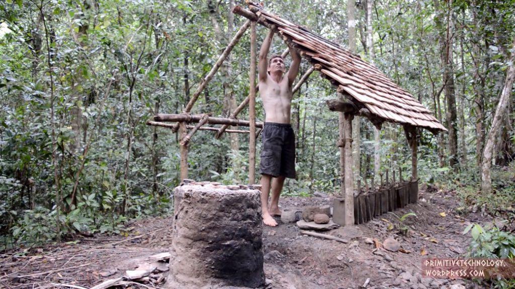 Primitive Technology: un tipo en bermudas que construye cabañas desde cero