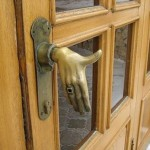 puerta mano bienvenida humor