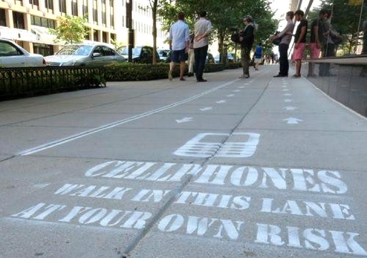 carril reservado para caminar con el móvil