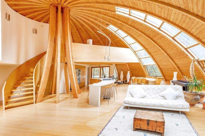 Una casa prefabricada estilo DOMO que se orienta a la luz del sol