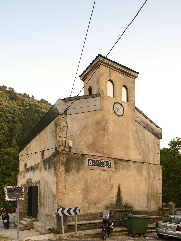 Reforma de una iglesia en ruinas a una vivienda única en Sopuerta
