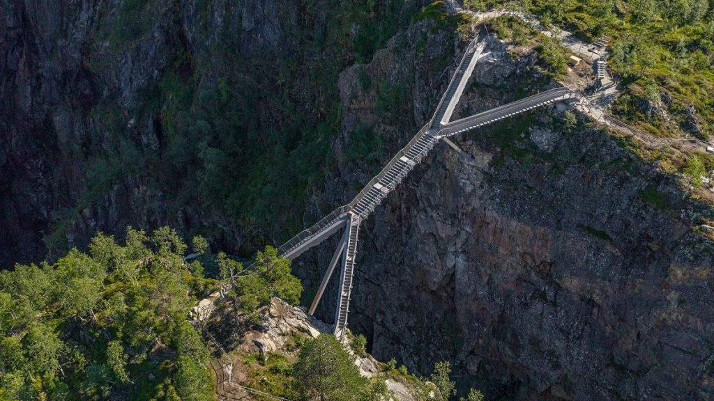 El puente de la cascada Vøringsfossen en Noruega