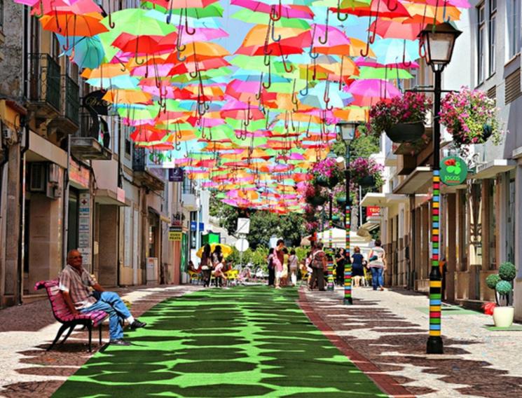 Los paraguas cubren las calles de Agueda, ¡otra vez!