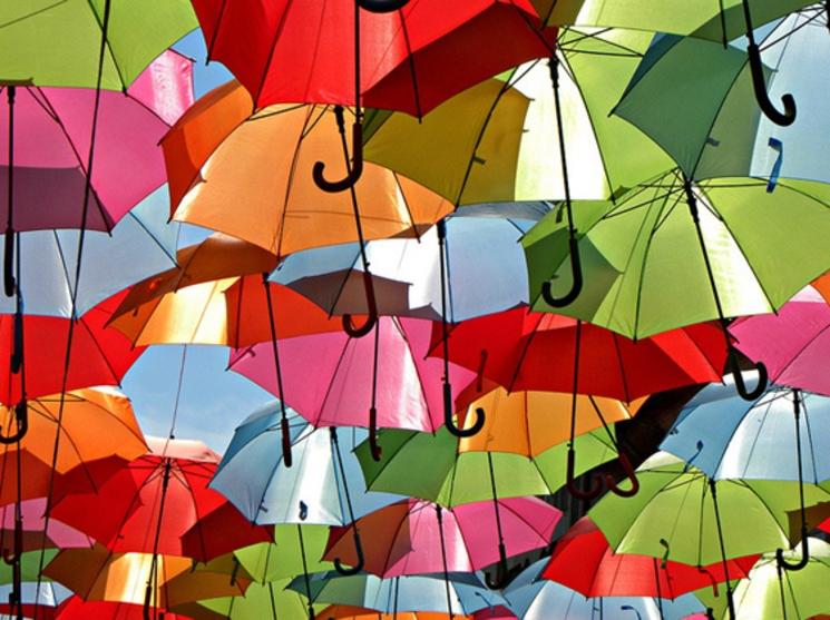 Colorida calle cubierta por paraguas